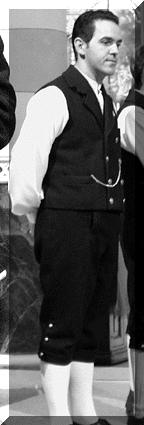 Il direttore in costume tipico della Badia Corale Val Chisone