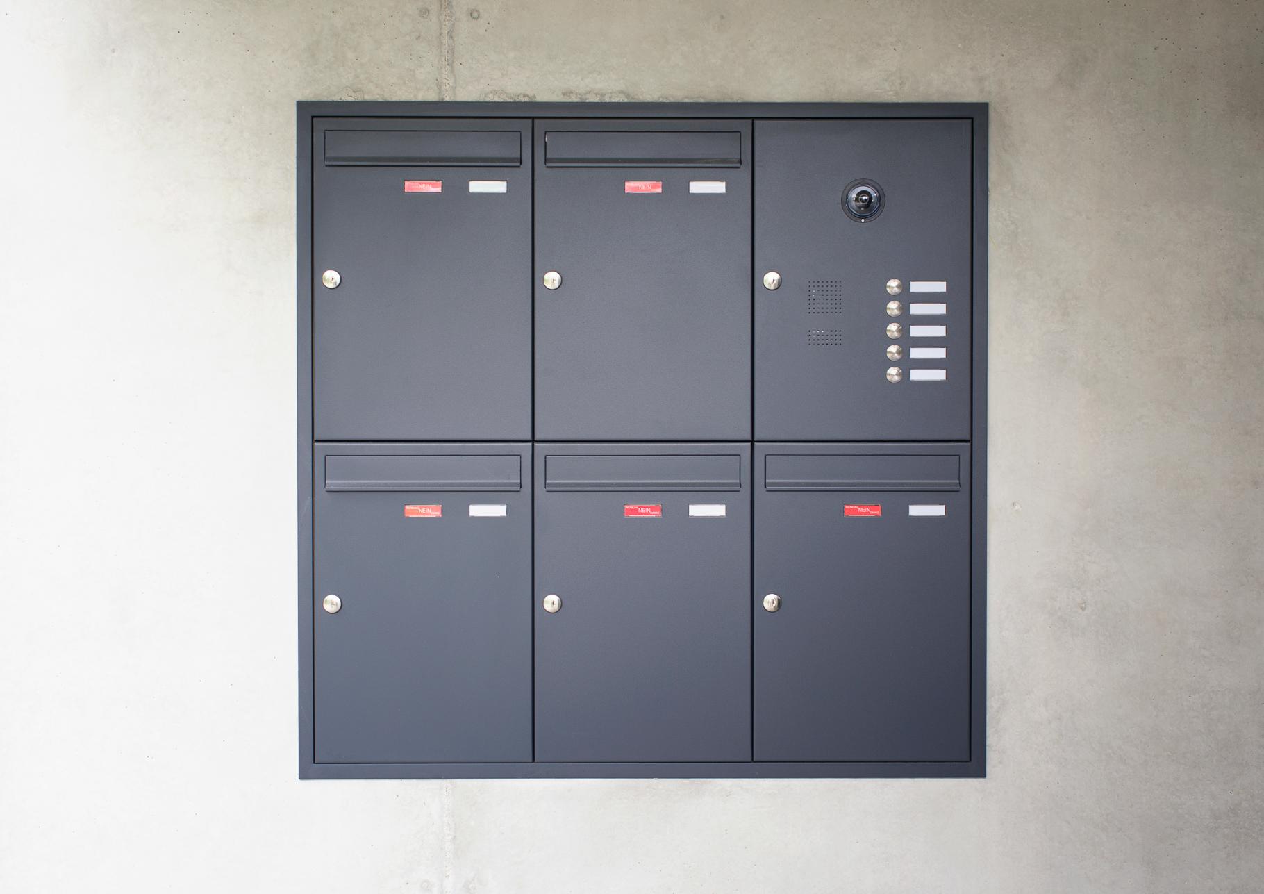 Briefkastenanlage Unterputz mit zweitem Namensschild und Funktionskasten mit Videomodul