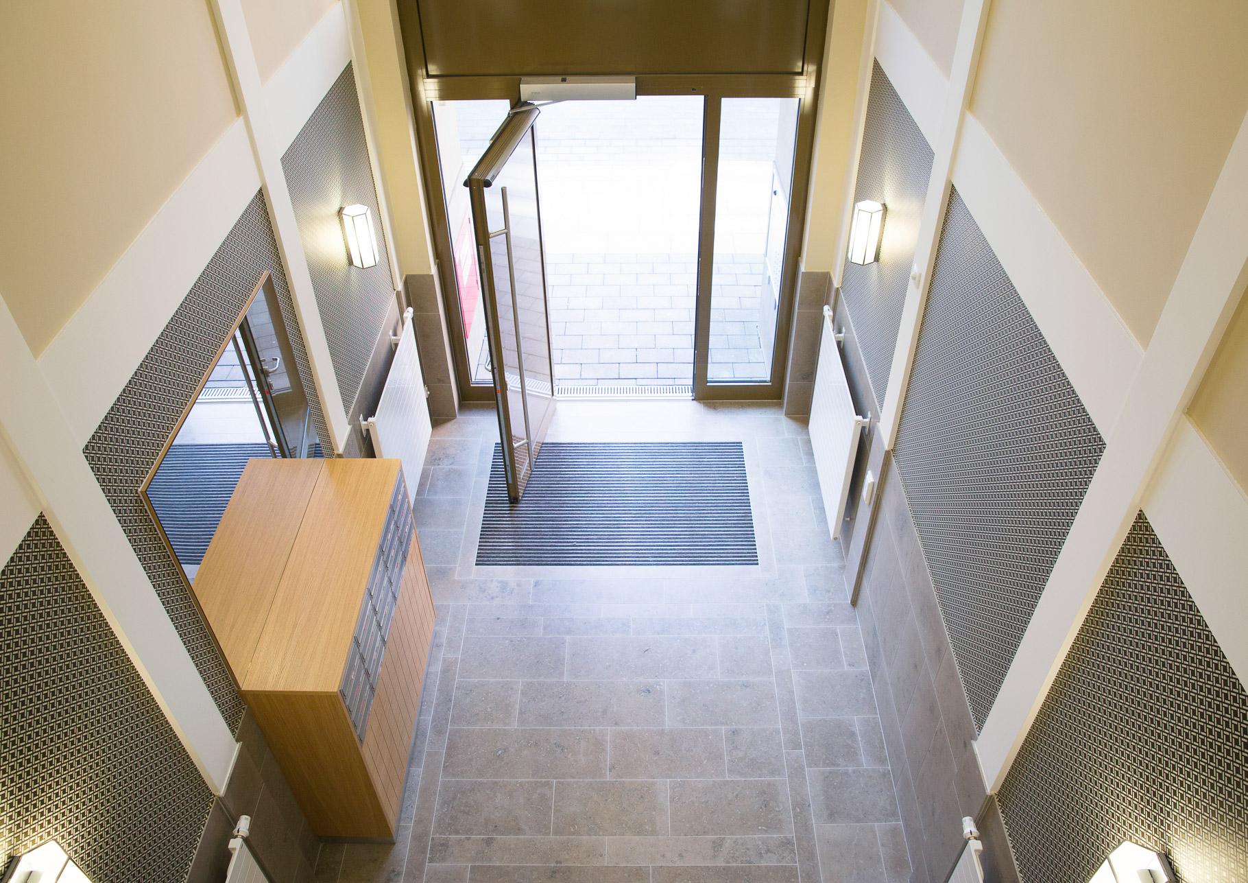 Briefkastenanlagen Edelstahl Holzverkleidung Foyer