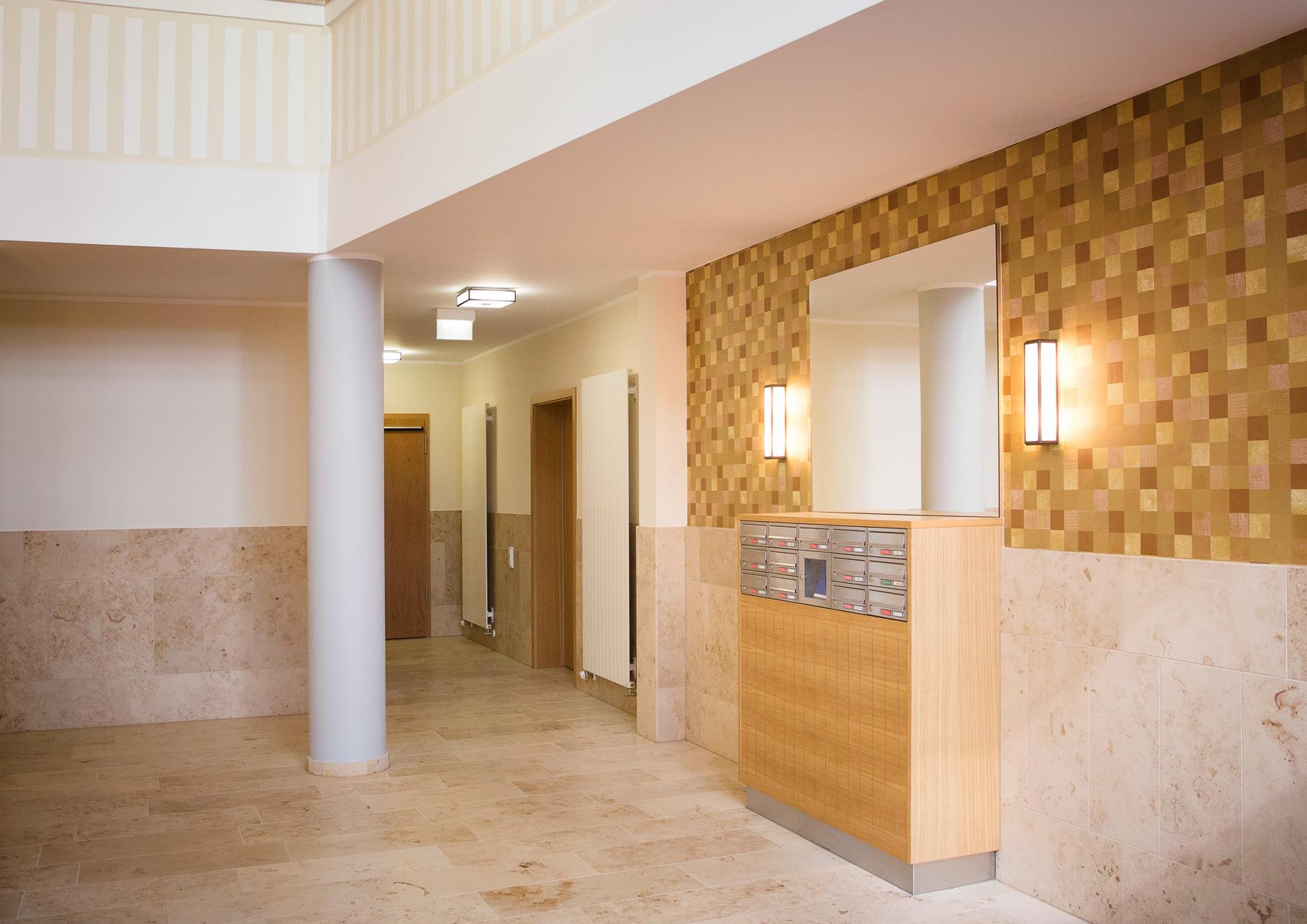 Eingangsbereich Briefkastenanlagen von Knobloch, Edelstahl mit Holzverkleidung