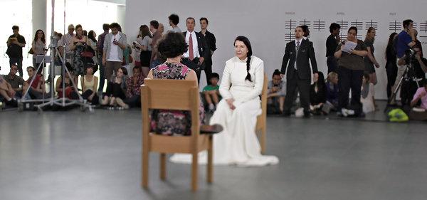 Marina Abramović, Artista de performance, rompiendo récord de visitas en el museo de arte moderno de Nueva York.