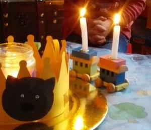 Offene Kerzen auf dem Geburtstagstisch eines 2jährigen.