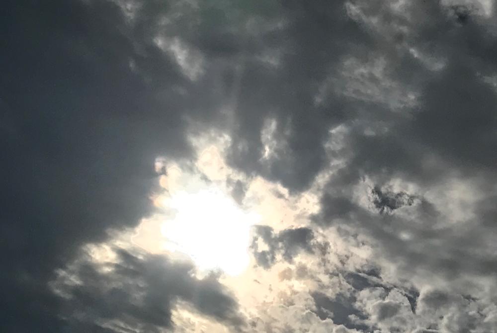 9月12日雨上がり太陽が見えて来た空