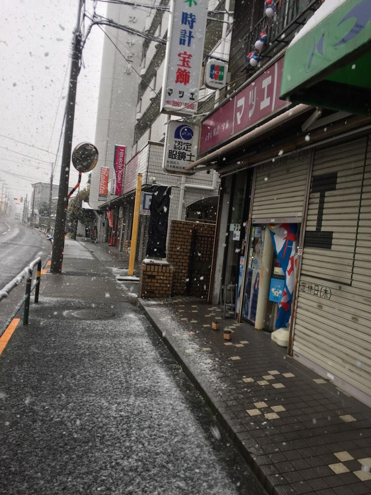 雪のお店前。マツエ時計店