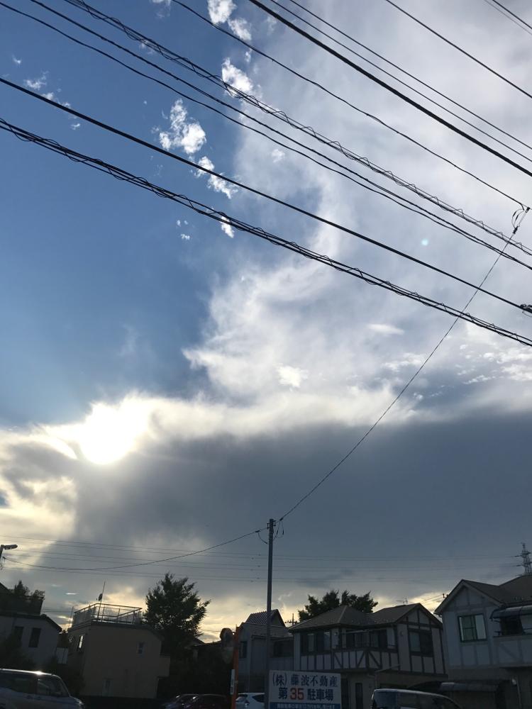 黒い雲が出てる。雨が気になる空