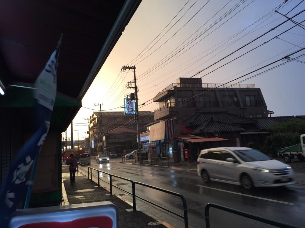 雨の中の夕焼け