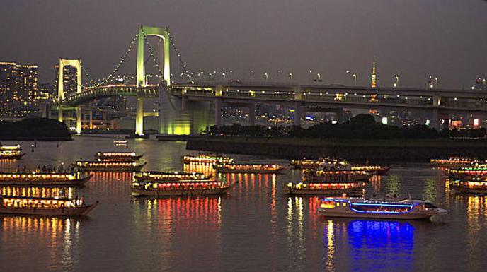 東京湾に浮かぶ屋形船