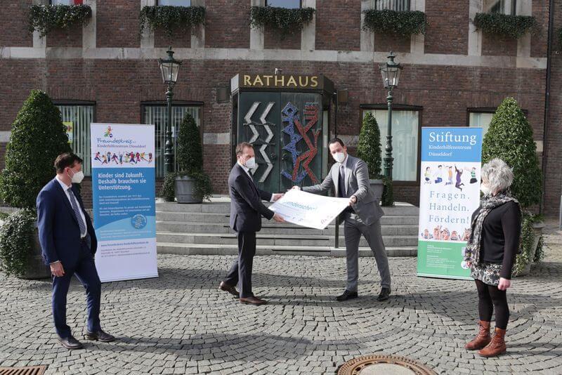 Scheckübergabe an das Kinderhilfezentrum Düsseldorf vor dem Rathaus