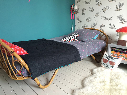 Notre lit corbeille rotin vintage merveilleusement mis en valeur dans la chambre de Céleste !