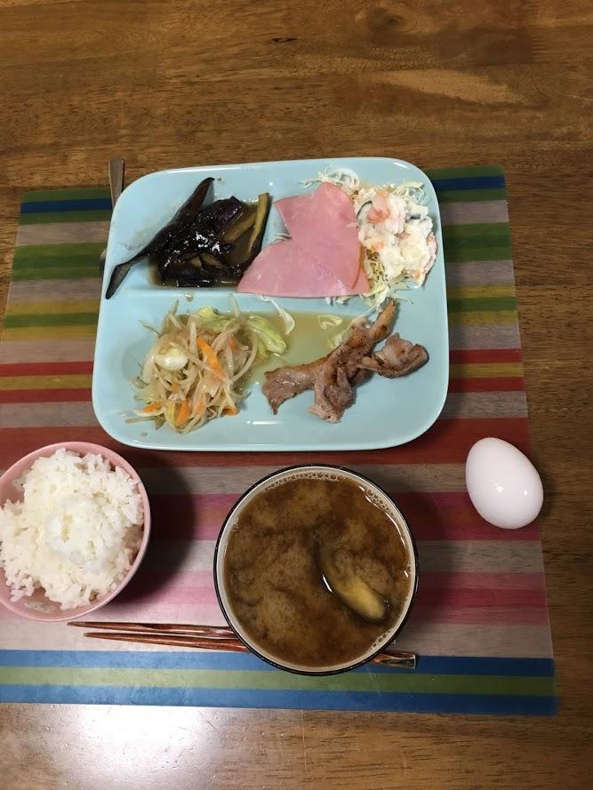 8月4日日曜日、Ohana朝食「野菜炒め、ポテトサラダ、ハム、線きゃぺつ、なす味噌炒め、ご飯、生卵、味噌汁(茄子)、プリン」