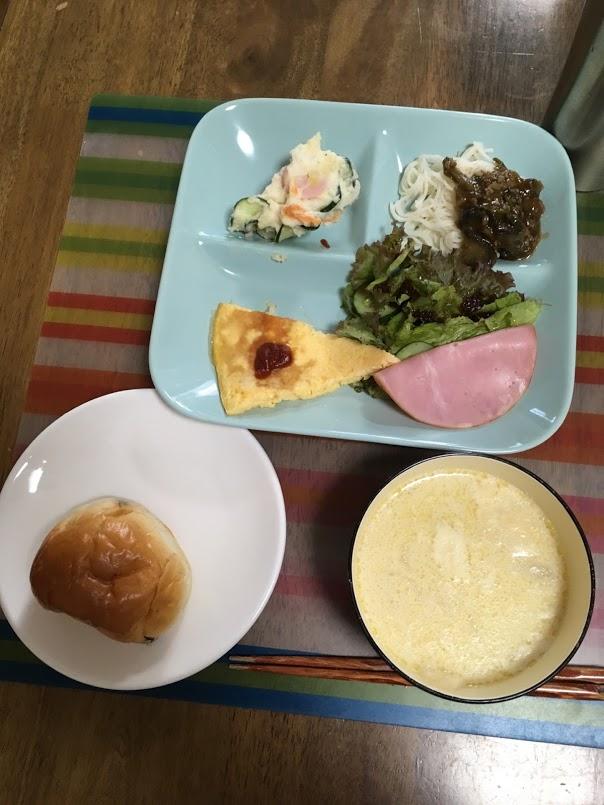 8月3日土曜日、Ohana朝食「オムレツ、サニーレタス、胡瓜和え、ポテトサラダ、ハム、麻婆素麵、レーズンロール、黒糖ロール、ジャガイモと玉葱のミルクスープ」
