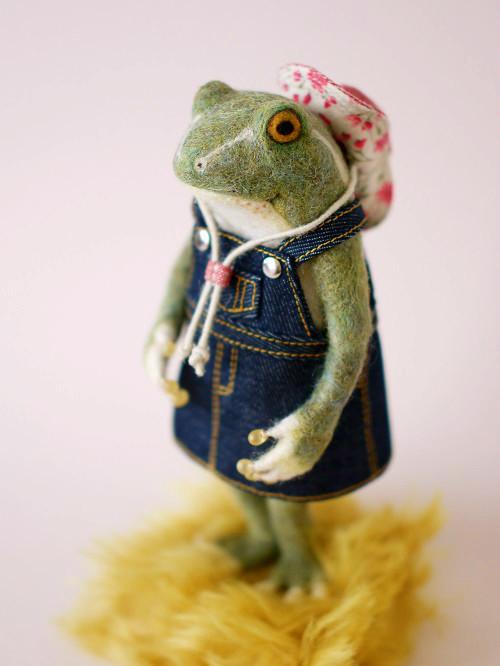 テンガロンハットの緑カエルさん