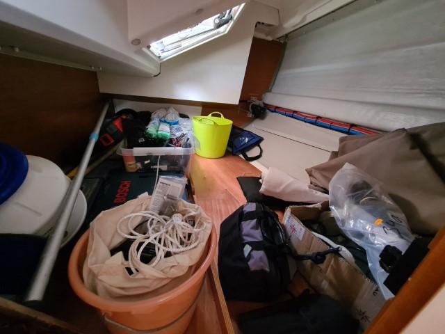 Großzügige Backskiste mit 2 m Länge und vom Cockpit auch erreichbar, hier durch die Dusche