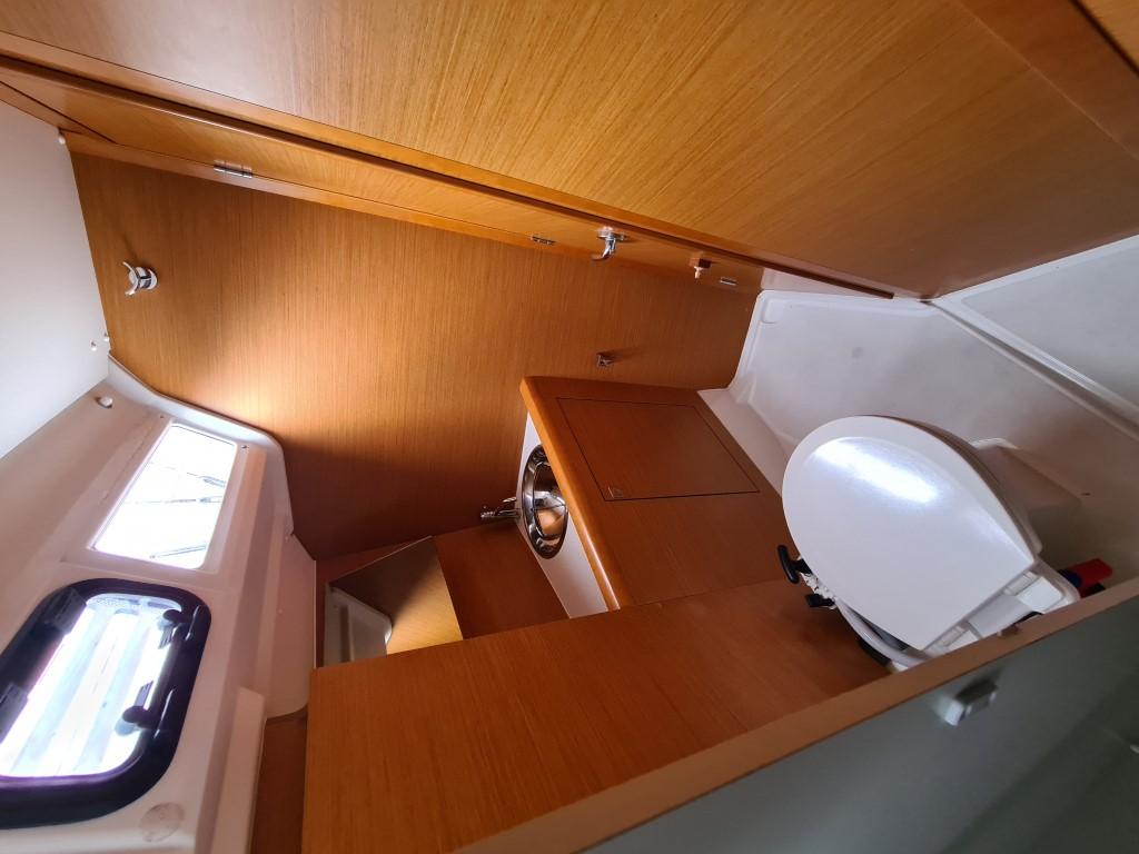 Blick von der Dusche aus in den vorderen Teil  mit WC, Waschbecken und Tür, neben dem WC 80 l Fäkaltank, absaugbar von oben und Ablass nach unten