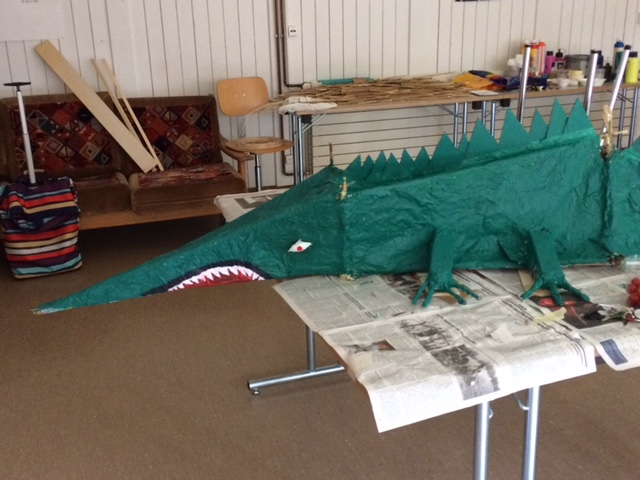Huge lezard, created by a girl in a class of students arrived after a flight without family