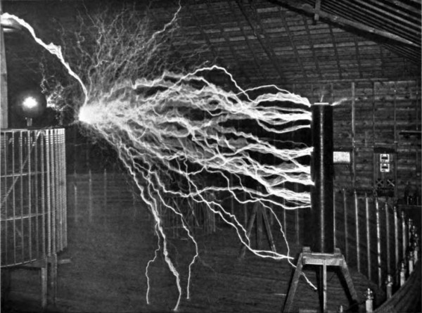 Fig. 8. — Experiment to illustrate the capacity of the oscillator for producing electrical explosions of great power.