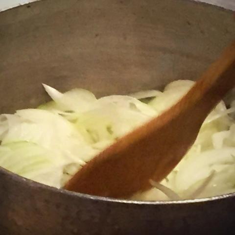 玉葱をアメ色に炒める 頑張って炒めてもらっています。