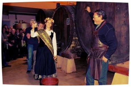 La reine de la pomme inaugure le nouveau millésime par le premier Txotx officiel de l'année