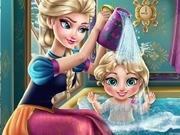 Игра Холодное сердце Анна купает ребенка