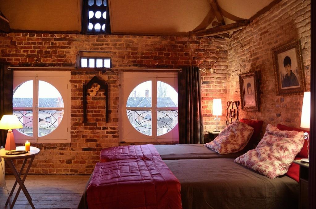 Chambre rénovée en gardant l'authenticité et les défaults de ses murs.