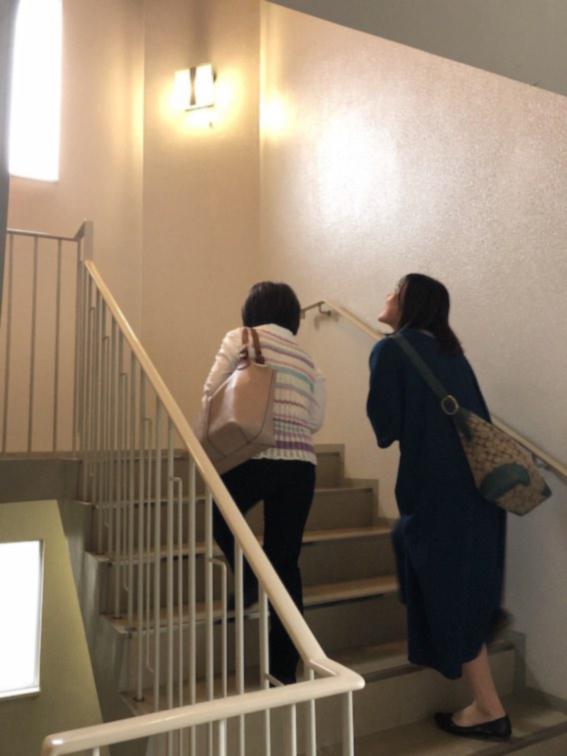 階段を上がると。