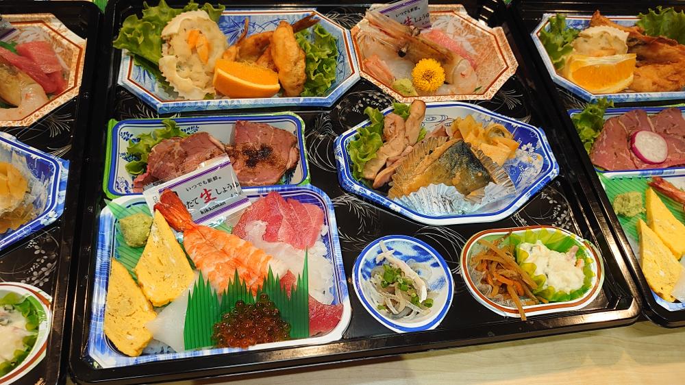 祝い事、仏事、会合等にご好評頂いております。仕出しのお弁当(写真は税込3,500円)寿司、刺身も入ります。ご予算に応じてお造りしますのでお気軽にお声掛け下さい。