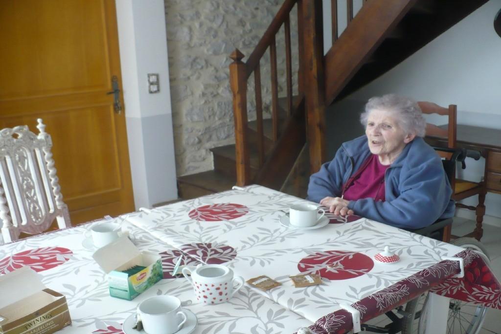 Table sous laquelle se glisse un fauteuil