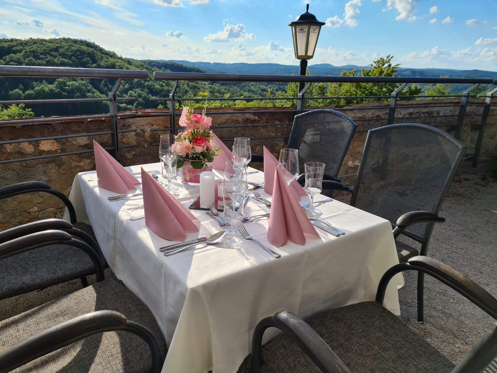 Ein schöner Tisch im Biergarten bei tollem Wetter, darf nicht fehlen.