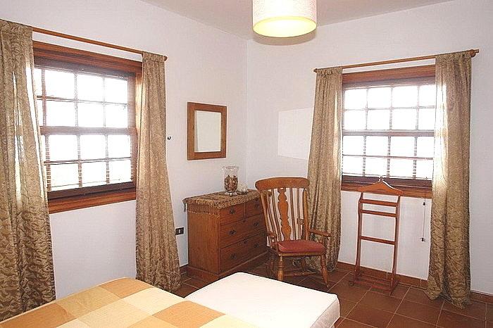 durch die 2 Fenster kommt viel Licht in das 2. Schlafzimmer