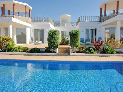 Ansicht der Villa vom Pool aus zum Haupteingang der eine Verbindung der 2 Häuser zu einer Villa ist.