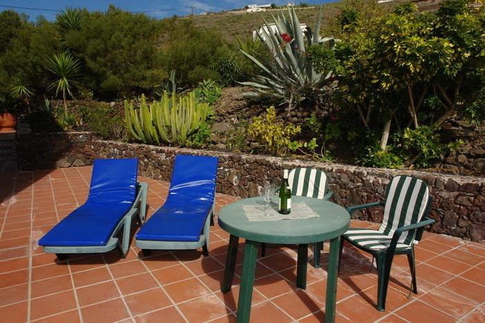 gemütliche Terrasse mit Liegen zum Sonnen