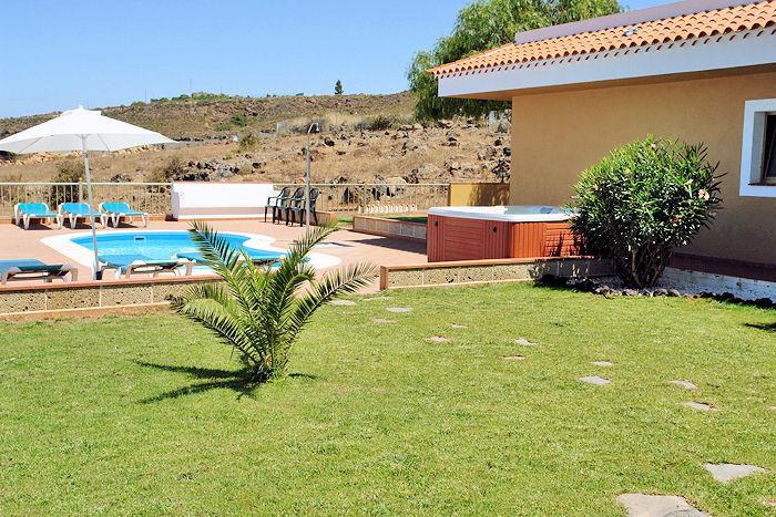 Blick auf den Poolbereich vom Garten aus.