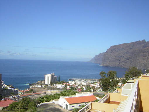 Von der Terrasse schaut man auf das Meer und die Steilküste von Los Gigantes wo sich die Immobilie befindet