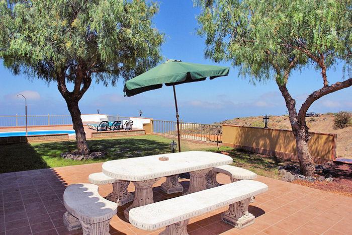 Blick zum Pool und zum Meer vom Grillbereich aus.
