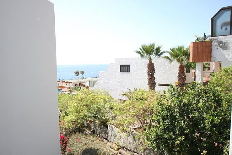 Blick aus dem Fenster in Richtung dem Meer von Teneriffa im Süden der Insel