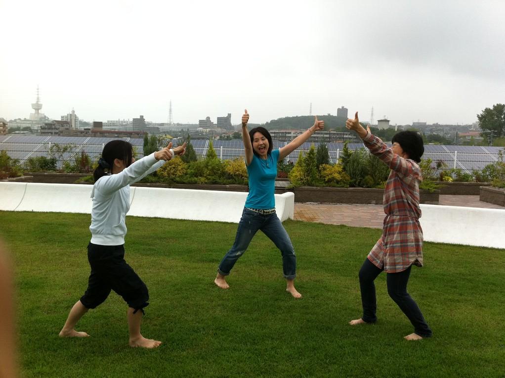 屋上の芝生の上で笑いヨガ♪