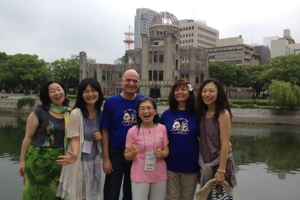 2012年7月広島で開催された第3回笑いヨガ全国大会でカタリアご夫妻と奇跡の笑いヨガ仲間と♪