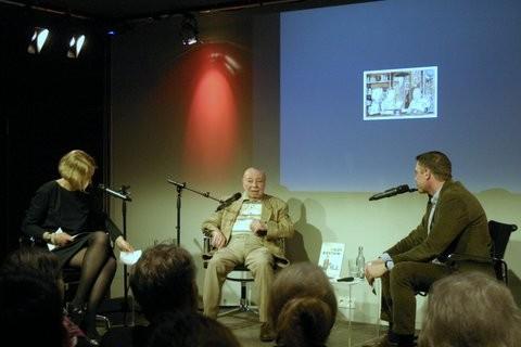 """Coco Schumann, Caroline Gille und Niels Schröder im Gespräch bei der Buchvorstellung von """"I got Rhythm"""" - das Leben der Jazz-Legende Coco Schumann im Kulturkaufhaus Dussmann in Berlin."""