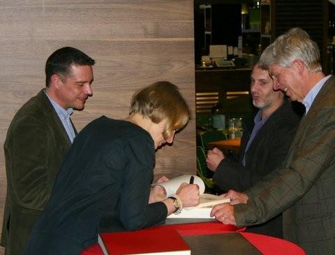 """Caroline Gille und Niels Schröder signieren die Graphic Novel """"I got Rhythm."""""""