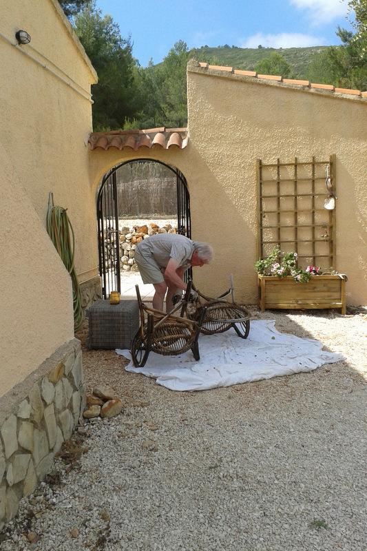 De stoelen worden zomerklaar gemaakt