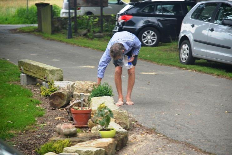 Peter bereitet eine Schatzsuche vor - um Spuren zu verwischen, läuft er barfuß