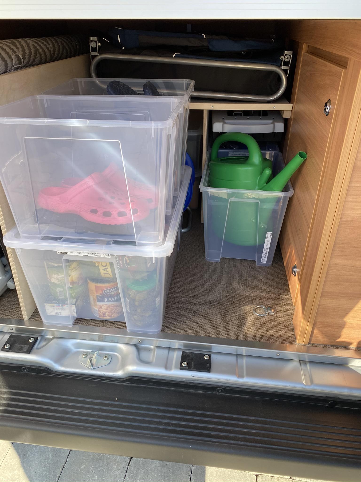 und davor die für die Dame, rechts ist noch eine freie Kiste und Platz für Getränke.