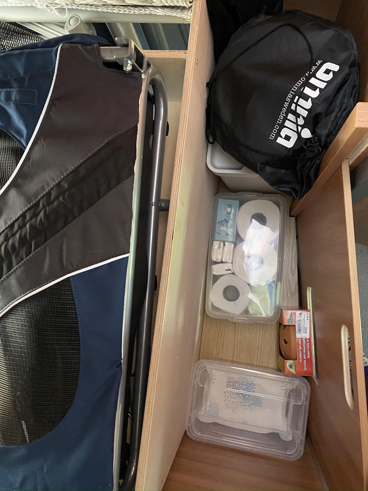 Kiste mit Reserve -Lappen, -Taschentücher und -Toilettenpapier, Insektenschutz und Kiste für Kartoffeln