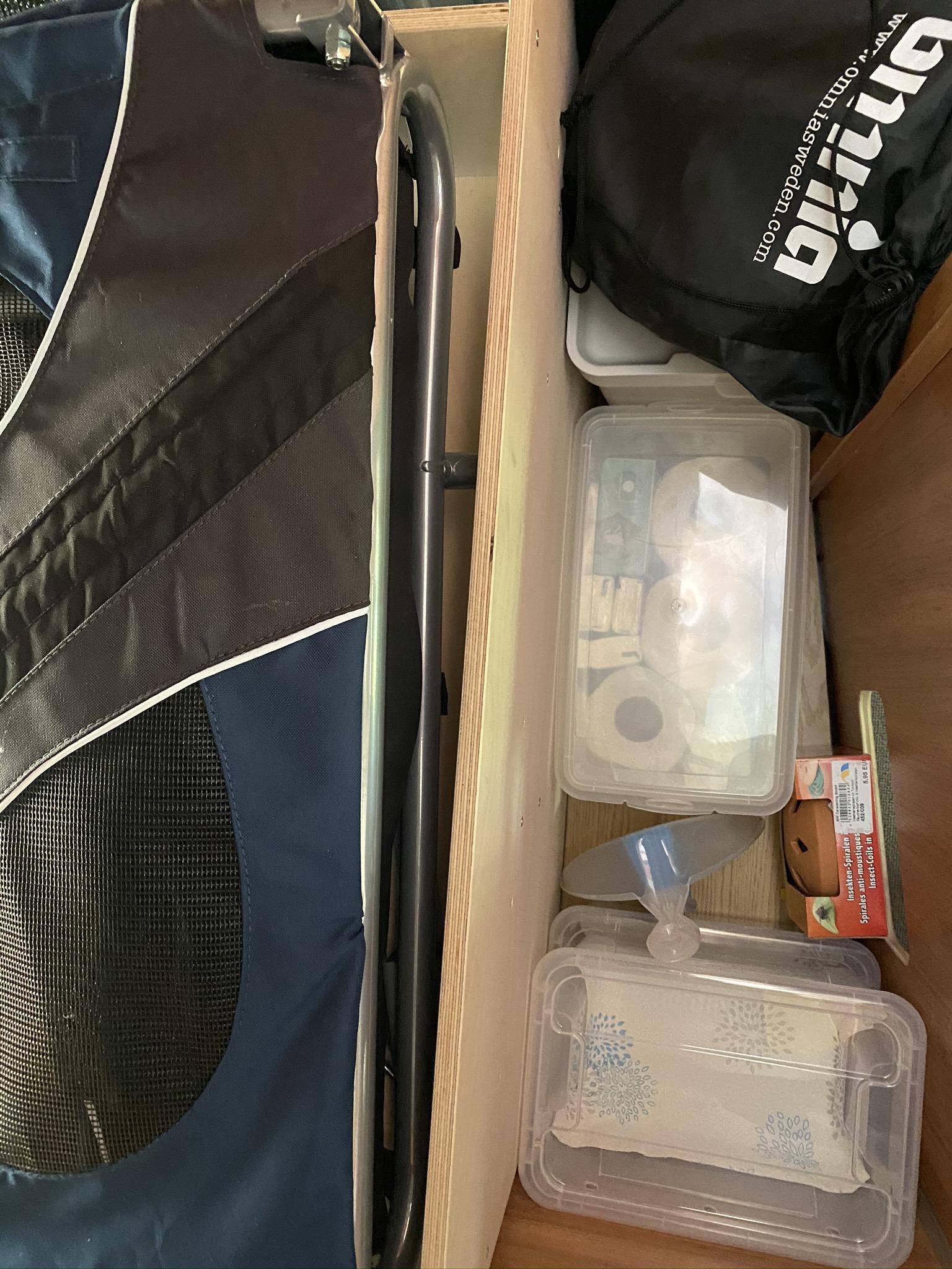 Der Omnia findet Platz auf dem Hundefutter, auf die Kiste für Kartoffeln wird eine weitere Kiste für Zweibeln gestapelt.