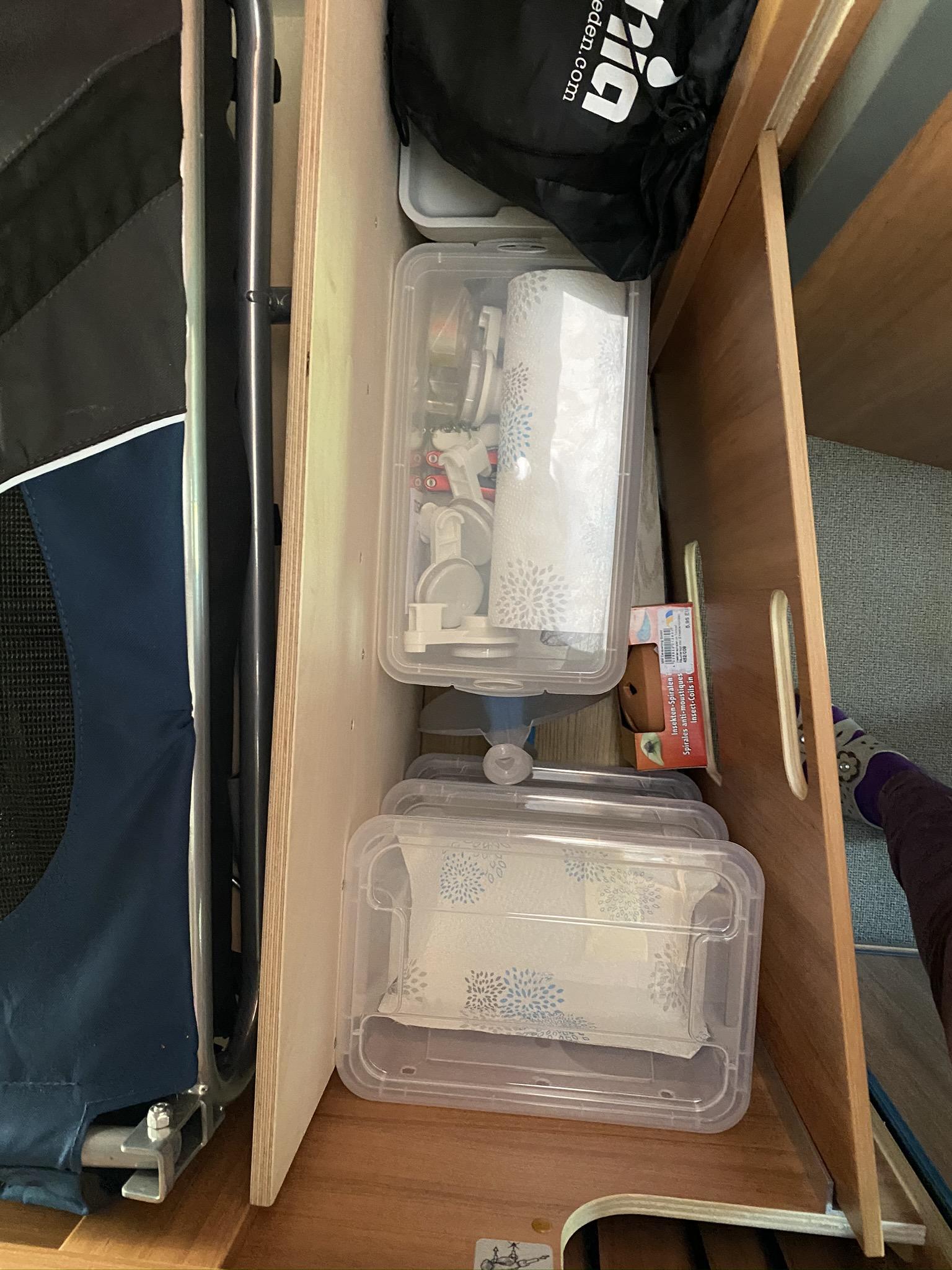In den Zwischenraum passt Besen und Schaufel, auf der Zwiebelkiste findet die Gemüsekiste Platz und auf der Reservekiste eine Kiste mit allerlei Haken, Batterien u.s.w.