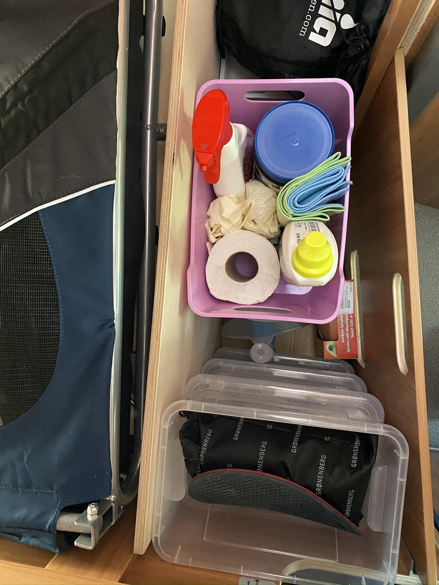 In der vierten Kiste über dem Gemüse findet unser Kaffekocher verstaut und auf der Krimskramskiste Toilettenhygiene.