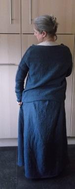 Das Kleid bei der Anprobe aus handgewebtem Stoff, die Nähte sind ebenfalls von Hand genäht