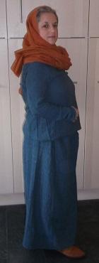 man erkennt kaum noch Gürtel, das Kleid wirkt beinahe wie Rock und Pulli