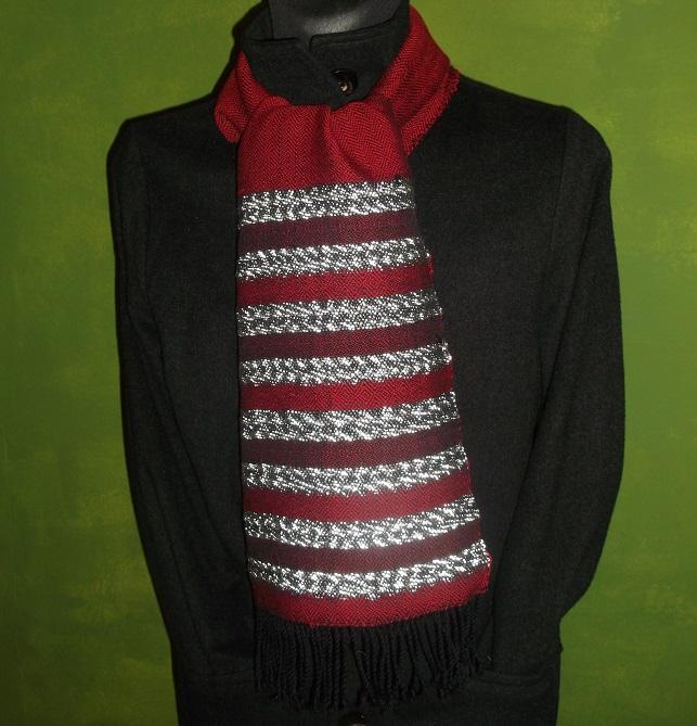 Wollschal in einem warmen Rot mit Reflektorstreifen