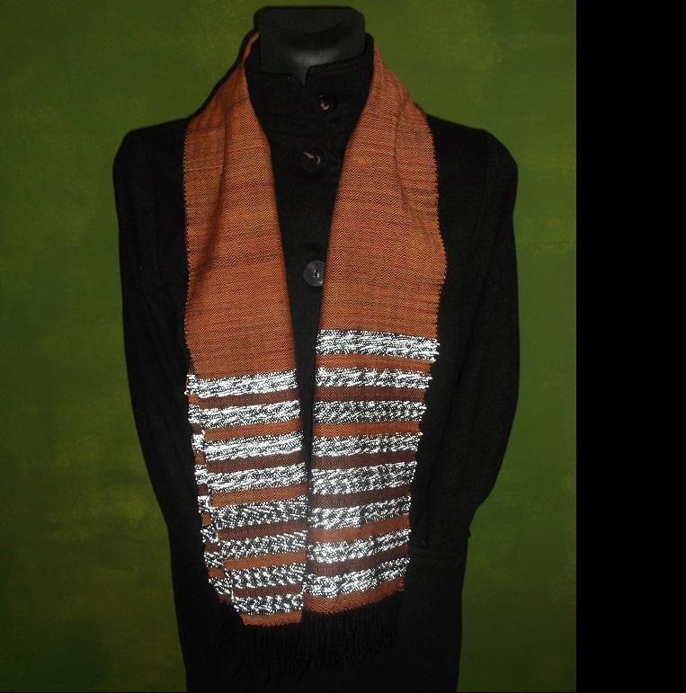 Schal aus handgefärbter Schafswolle in Orange mit Reflexgarn